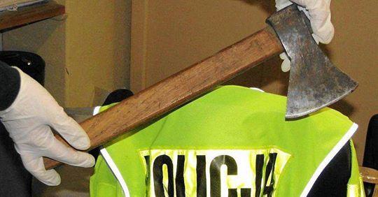 Młody mężczyzna z siekierą w ręku przestraszył przechodniów i postawił na nogi policję