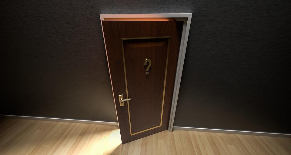 Drzwi wewnętrzne drewniane - dlaczego warto je wybrać i do jakiej aranżacji pasują?